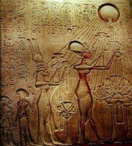 Akhenaton, Nefertiti et les princesses en adoration devant Aton