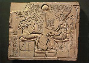 Akhenaton et la famille royale sous les rayons d'Aton