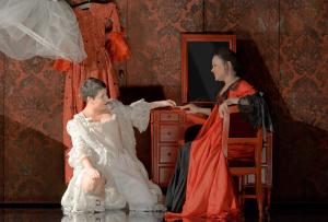 L'Opéra : Emmanuelle de Negri (Lucie), Rachel Redmond (Léontine)